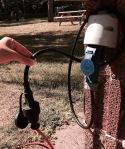 Adapterkabel am Stromanschluss desCampingplatzes